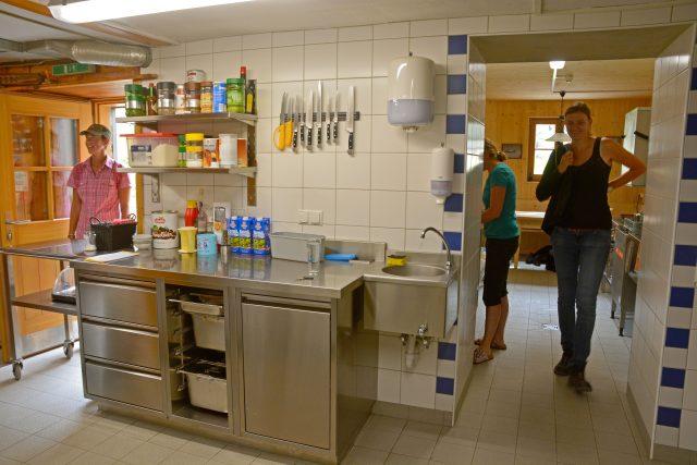 Küche – Blick zum Personalbereich